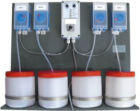 4 Dosierpumpen mit 4 Behältern zur Dampfbaddosierung